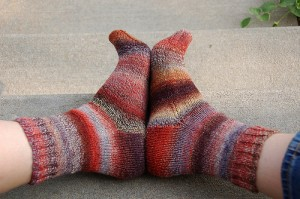 färgglada stickade sockor som värmer frusna fötter